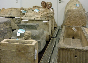 Etruskische Urnen und andere Sarkophage - Depot Antikensammlung 2015